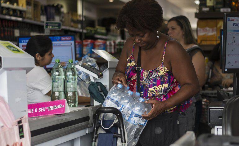 Residentes de Río de Janeiro preocupados por olor del agua