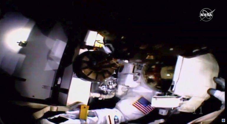 Astronautas completan caminata espacial sin luz ni cámara