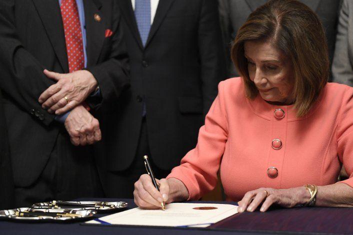 Cámara baja de EEUU remite al Senado los cargos contra Trump