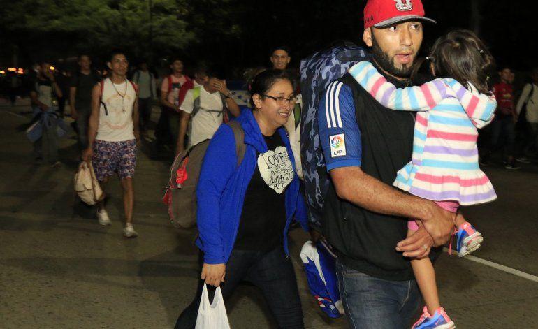 Cientos de migrantes llegan a Guatemala en su camino a EEUU