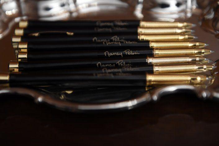 Pelosi da bolígrafos que usó en artículos de juicio político