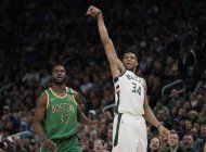 giannis aporta ?doble doble?; bucks superan a celtics