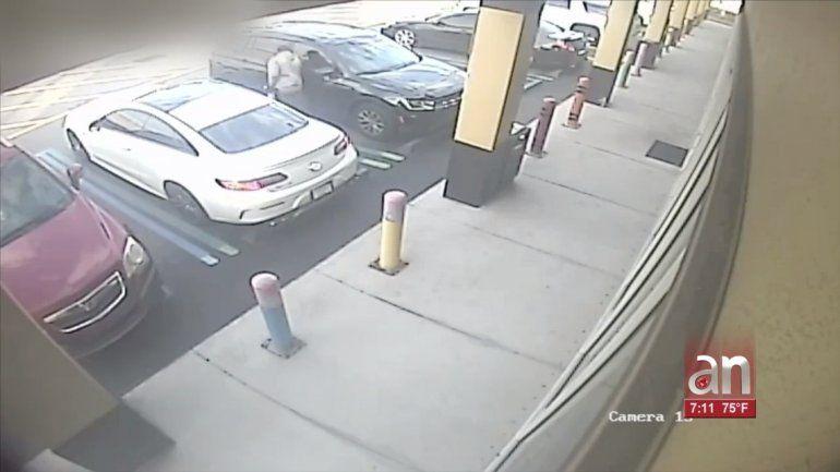 Captado en cámara quedó el momento en que un hombre roba una cartera de un auto en Hialeah