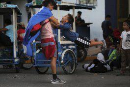migrantes y soldados esperan en la frontera guatemala-mexico