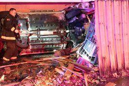 conductor arrestado despues de estrellarse contra una cerca afuera de una casa de hialeah