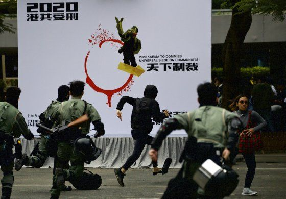 Policía lanza gas lacrimógeno a manifestantes en Hong Kong