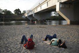 cientos de migrantes cruzan el rio suchiate rumbo a mexico