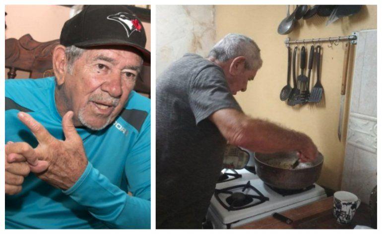 El periodista deportivo cubano, Iván López, tiene que vender chicharrones a sus 76 años para sobrevivir en la isla