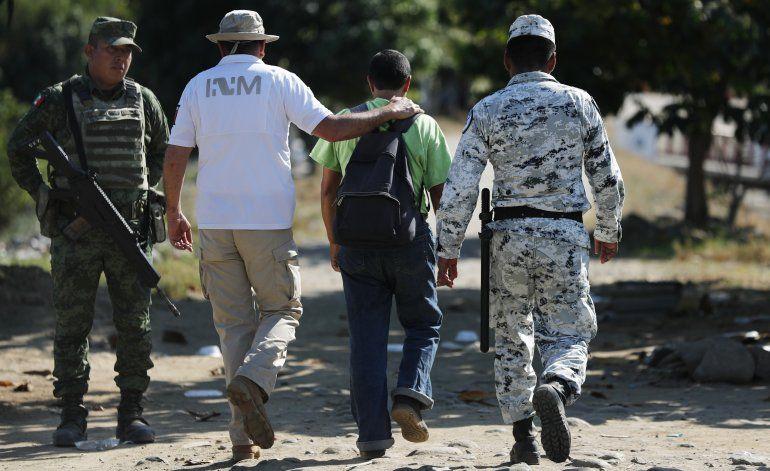 Migrantes chocan con soldados en frontera sur de México
