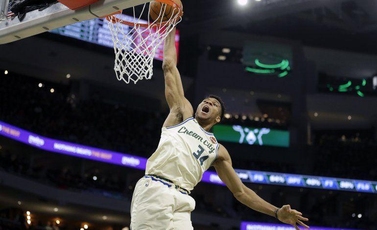 Con 'triple doble' de Antetokounmpo, Bucks aplastan a Bulls