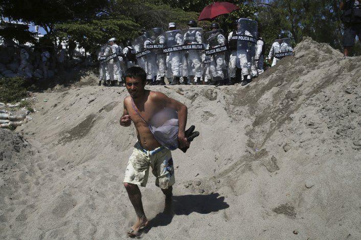Bloqueo de México deja a cientos varados en río fronterizo