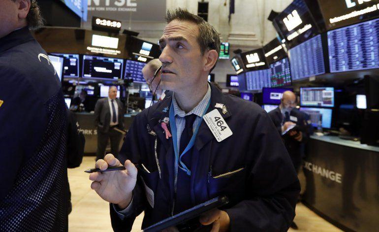 Wall Street cae ante nerviosismo por brote en China