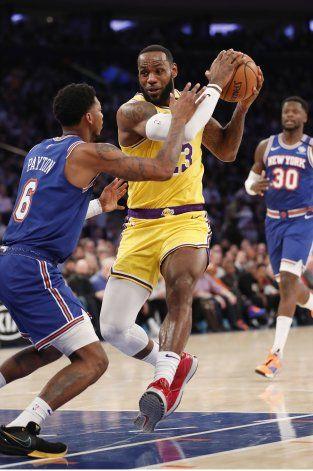 LeBron se acerca a Kobe y Lakers vencen a Knicks