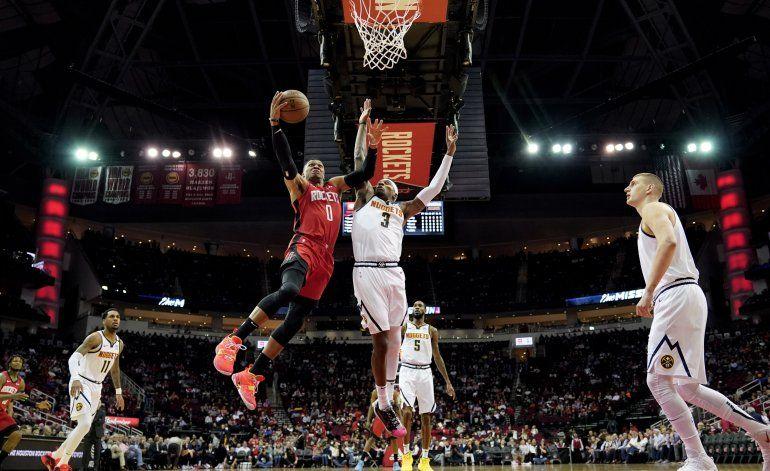 Westbrook y Harden lideran triunfo de Houston ante Denver