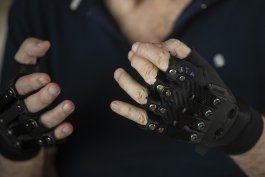 un aclamado pianista vuelve a tocar con guantes ?magicos?