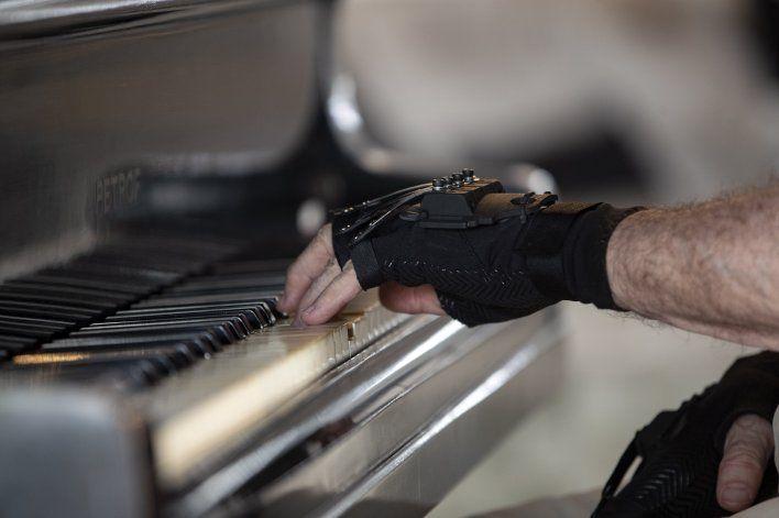 """Un aclamado pianista vuelve a tocar con guantes """"mágicos"""""""