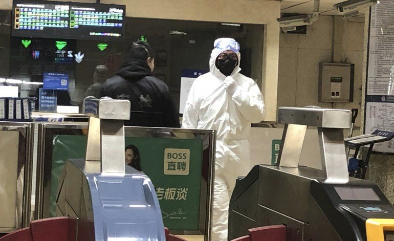 China levanta hospital contra el virus y aumenta cuarentenas