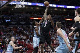 primer triple-doble de leonard impulsa a clippers ante heat