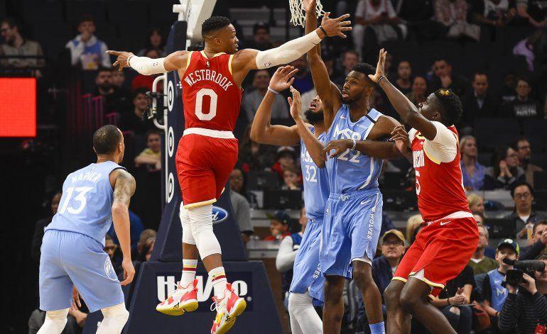 Rockets superan a Wolves 131-124 con 45 tantos de Westbrook