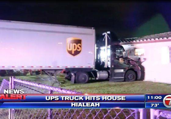 Una rastra de UPS se estrelló contra una casa en Hialeah