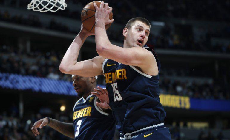 Nuggets remontan déficit de 23 puntos y vencen a Spurs