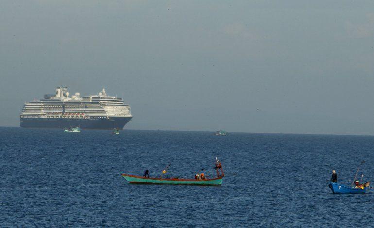 Crucero ancla en Camboya; examinarán a pasajeros