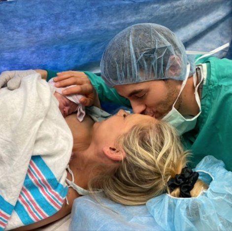 ¡Es niña! Enrique Iglesias y Anna Kournikova presumen a su tercer bebé