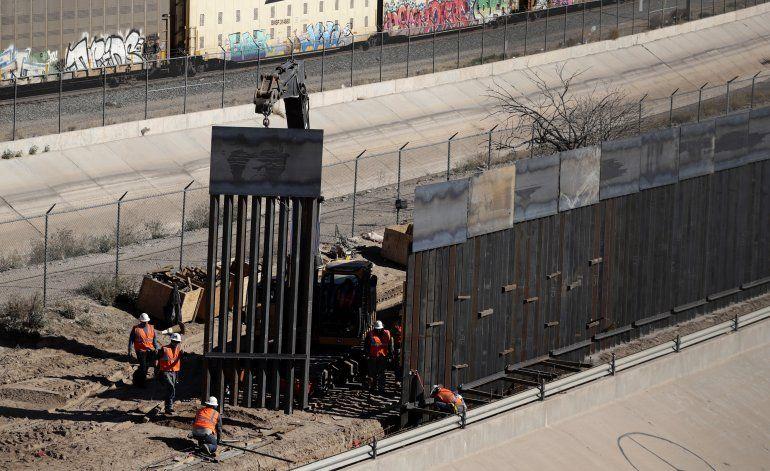 Esper defiende desvío de fondos para muro EEUU-México