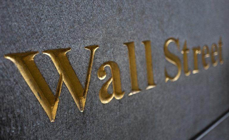 Wall Street baja ligeramente tras pérdidas por temor a virus