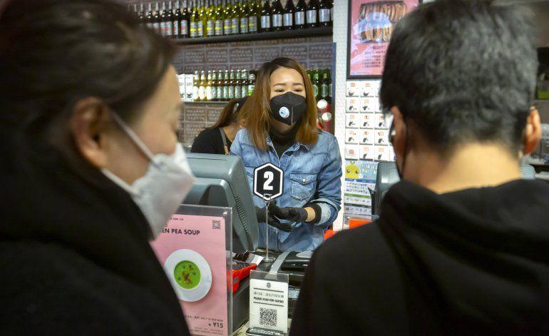 China reporta descenso en casos de virus, 143 nuevas muertes