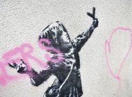 protegen mural de banksy que fue vandalizado en gran bretana