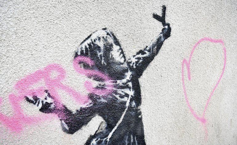 Protegen mural de Banksy que fue vandalizado en Gran Bretaña