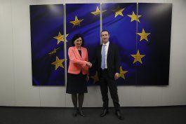 fundador de facebook se reune con funcionarios europeos