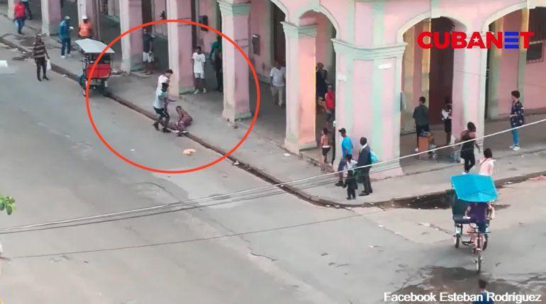 VIDEO: Apuñalan a joven a plena luz del día en la Habana Vieja