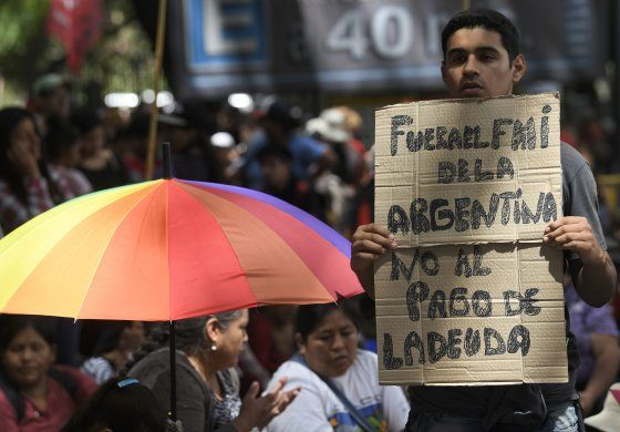 """FMI dice que deuda argentina """"no es sostenible"""""""