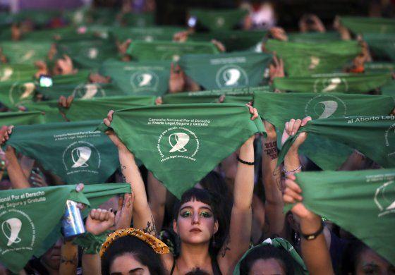 Acto a favor del aborto convoca a miles en Argentina