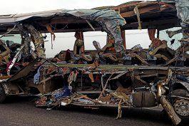 choque entre bus y camion en autovia india deja 19 muertos