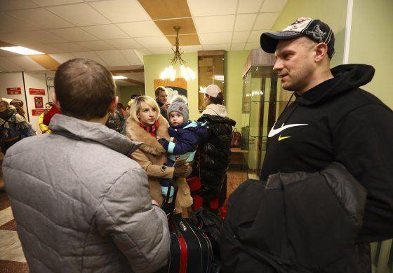 Ucranianos lanzan rocas a evacuados de China por coronavirus