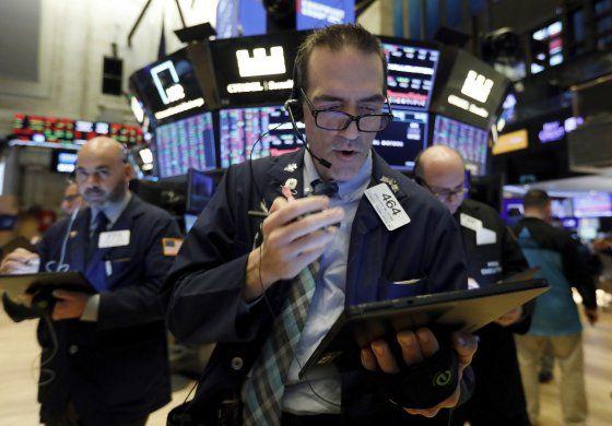 Wall Street cierra en baja; coronavirus afecta las acciones