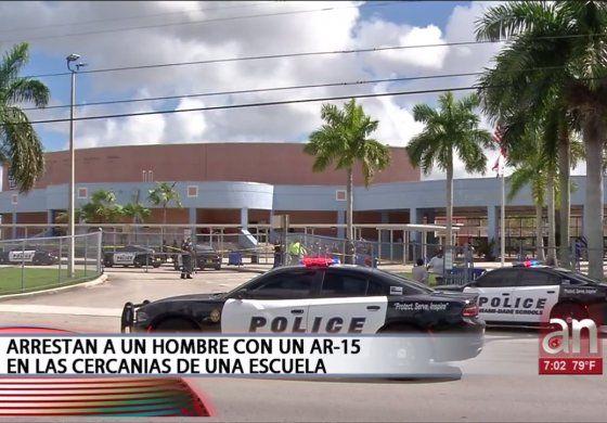 Arrestan a un hombre con un AR-15 en las cercanías de una escuela