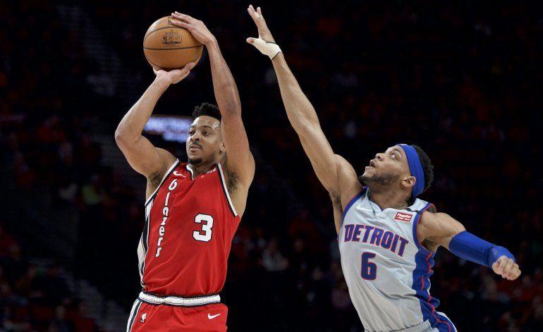 McCollum y Anthony lideran a Blazers sobre Pistons, 107-104