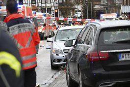vehiculo embiste a multitud en carnaval de alemania