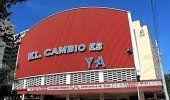 El Capitolio y el Cine Yara amanecen con carteles contra el régimen... en Google