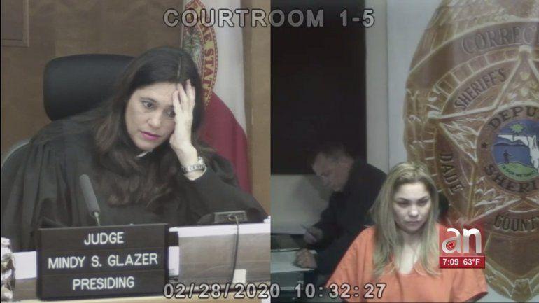 Madre le da una paliza a su hija con un cinturón, la mordió y la golpeó en el rostro todo por faltar a la escuela