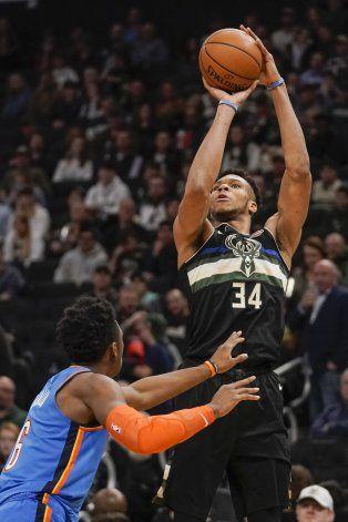 Antetokounmpo brilla y los Bucks arrollan al Thunder
