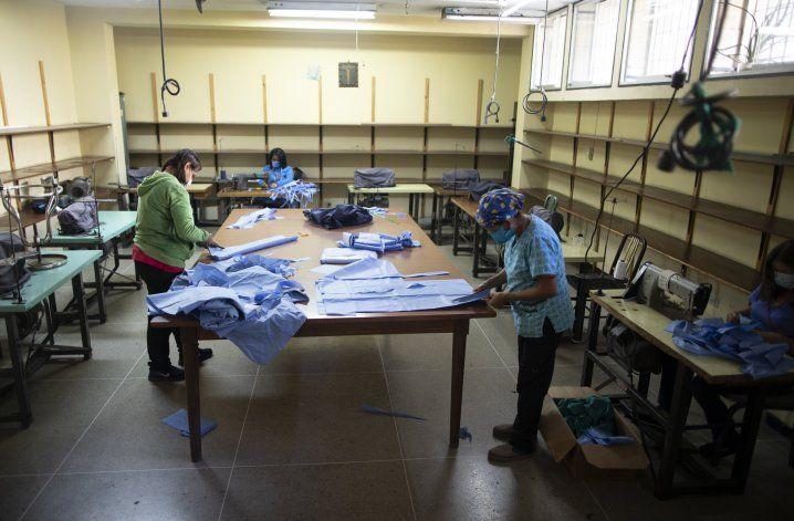 Venezolanos enfrentan coronavirus con improvisados tapabocas