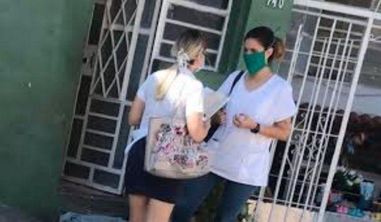 El régimen envía a estudiantes de Medicina sin guantes ni nasobucos hacer Test de Coronavirus por toda Cuba