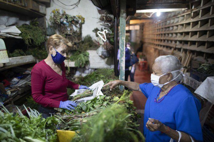Venezolanos buscan en hierbas una defensa contra coronavirus