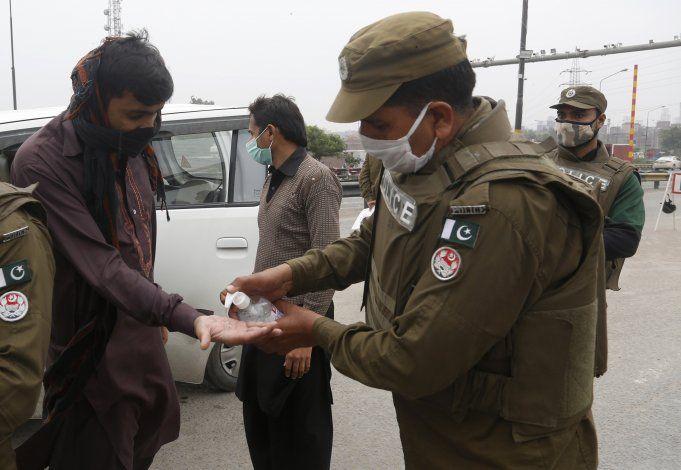 Pakistán suspende vuelos nacionales para frenar coronavirus