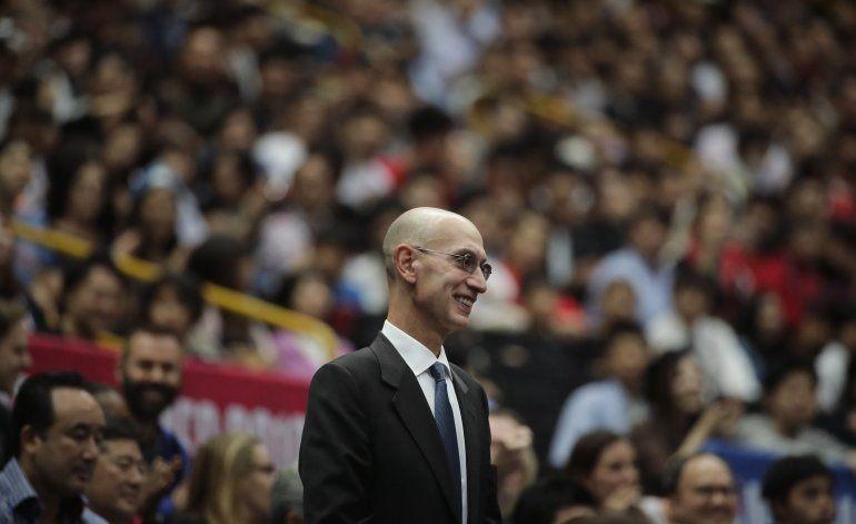 Fuente AP: Ejecutivos de la NBA reducirán sus salarios